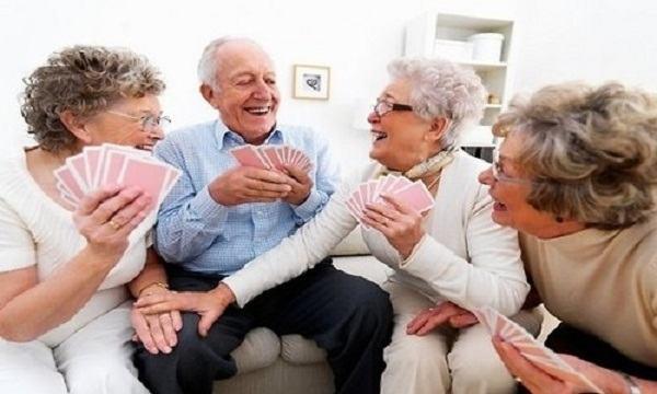 Ancianos jugando cartas
