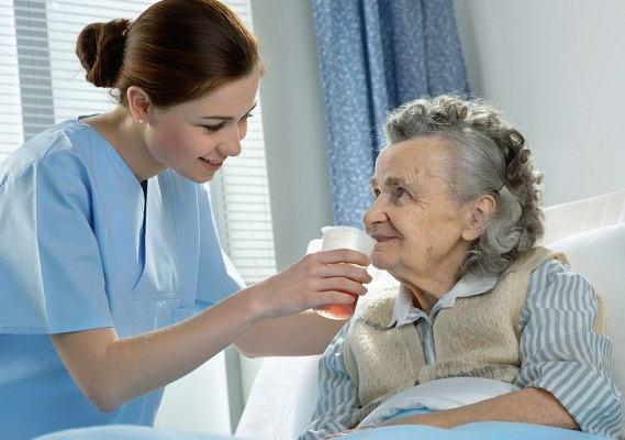 Enfermera atendiendo a anciana