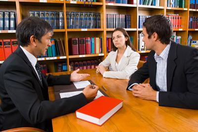 abogado asesorando a cliente